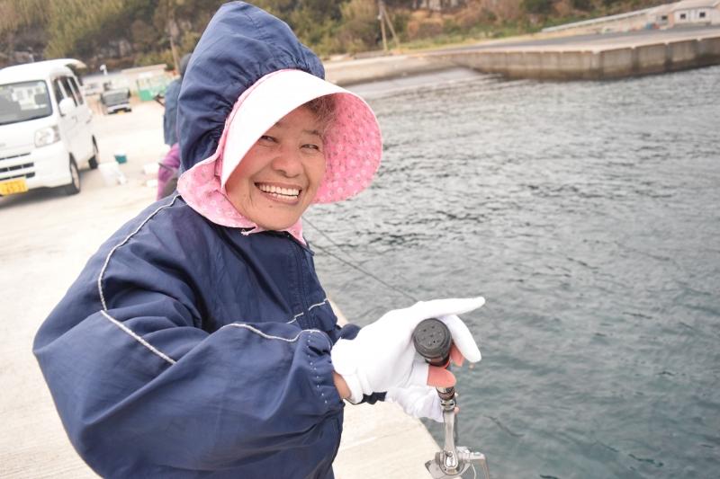 大物を狙え!みんなで魚釣り。離島の老人会。